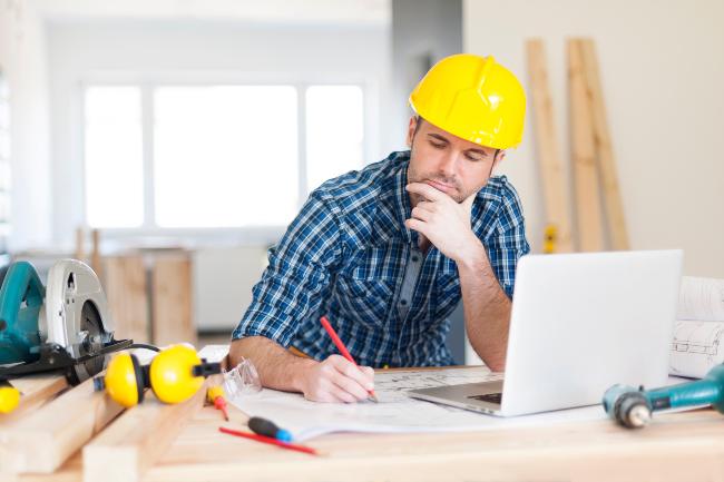 pracovník ve stavebnictví